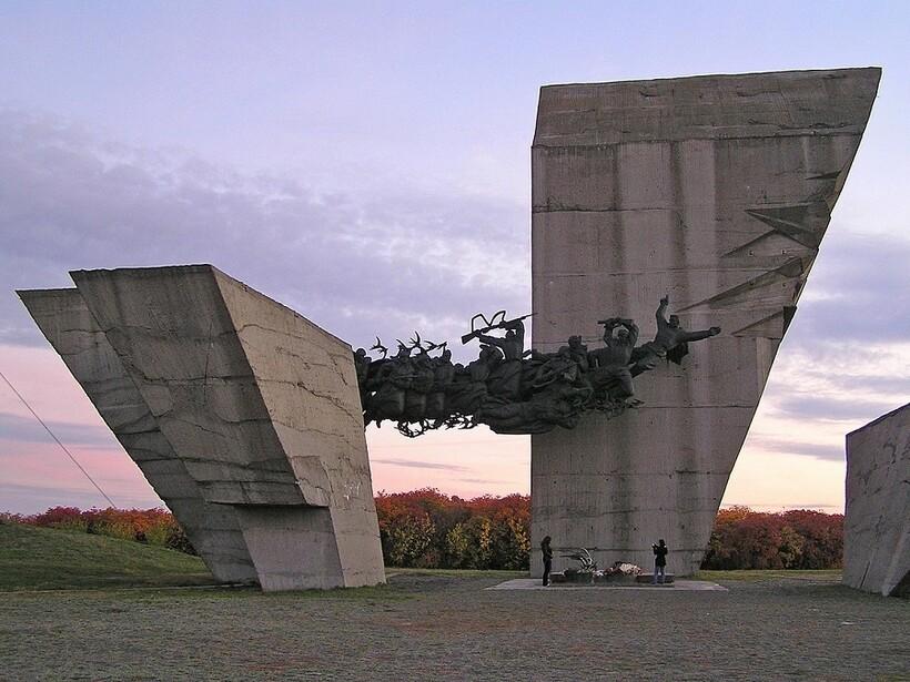Памятник «Атака» на горе Кременец