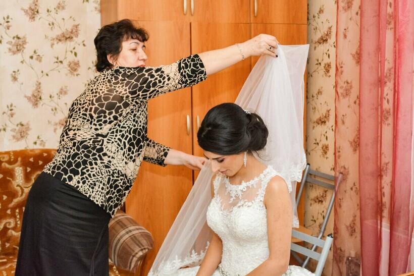 При этом на всех распыляют парфюм, который выбирала невеста
