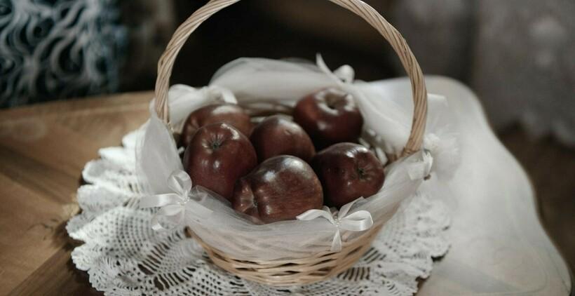Утром родственники жениха дарят родным невесты красные яблоки — подтверждение невинности девушки