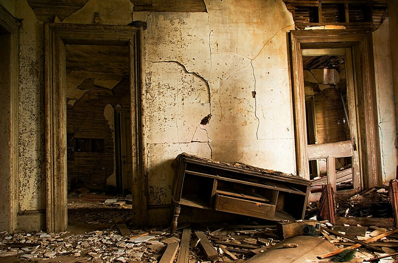 Обстановка ветшала, дом становился развалиной