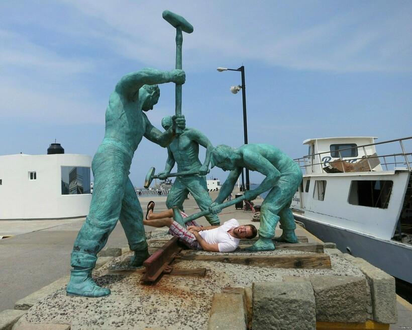 Скульптуры наносят ответный удар: 10 фотопримеров, как нужно позировать со статуями