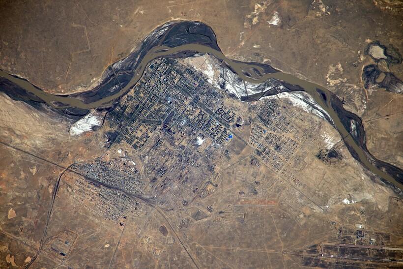 Город Байконур с высоты МКС. Фотография космонавта Антона Шкапелерова. Источник: Roscosmos/flickr.com