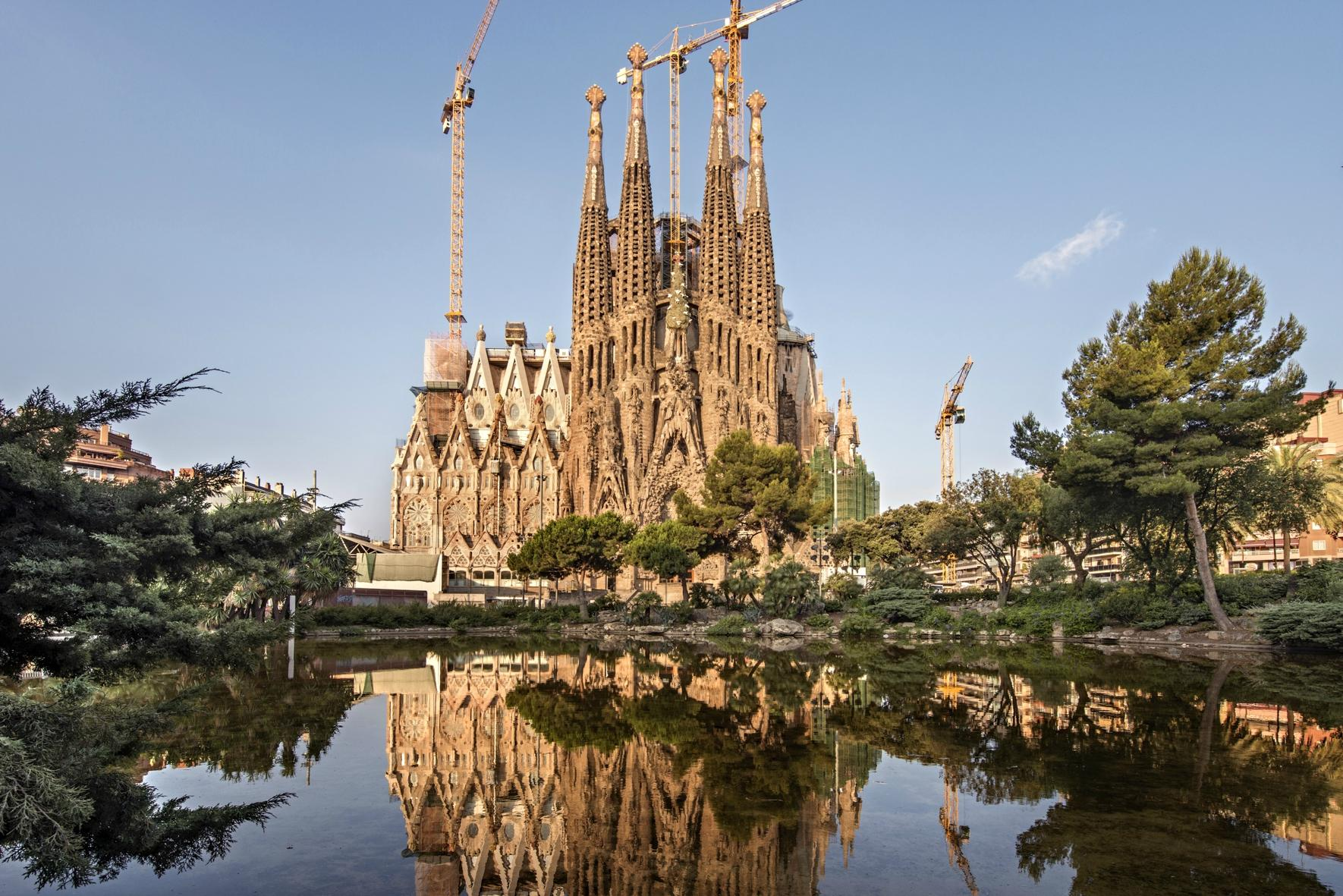 Базилика Sagrada Familia (Храм Святого Семейства)