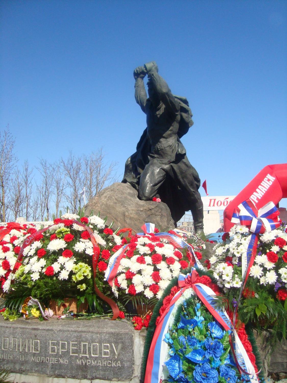 Памятник Анатолию Бредову