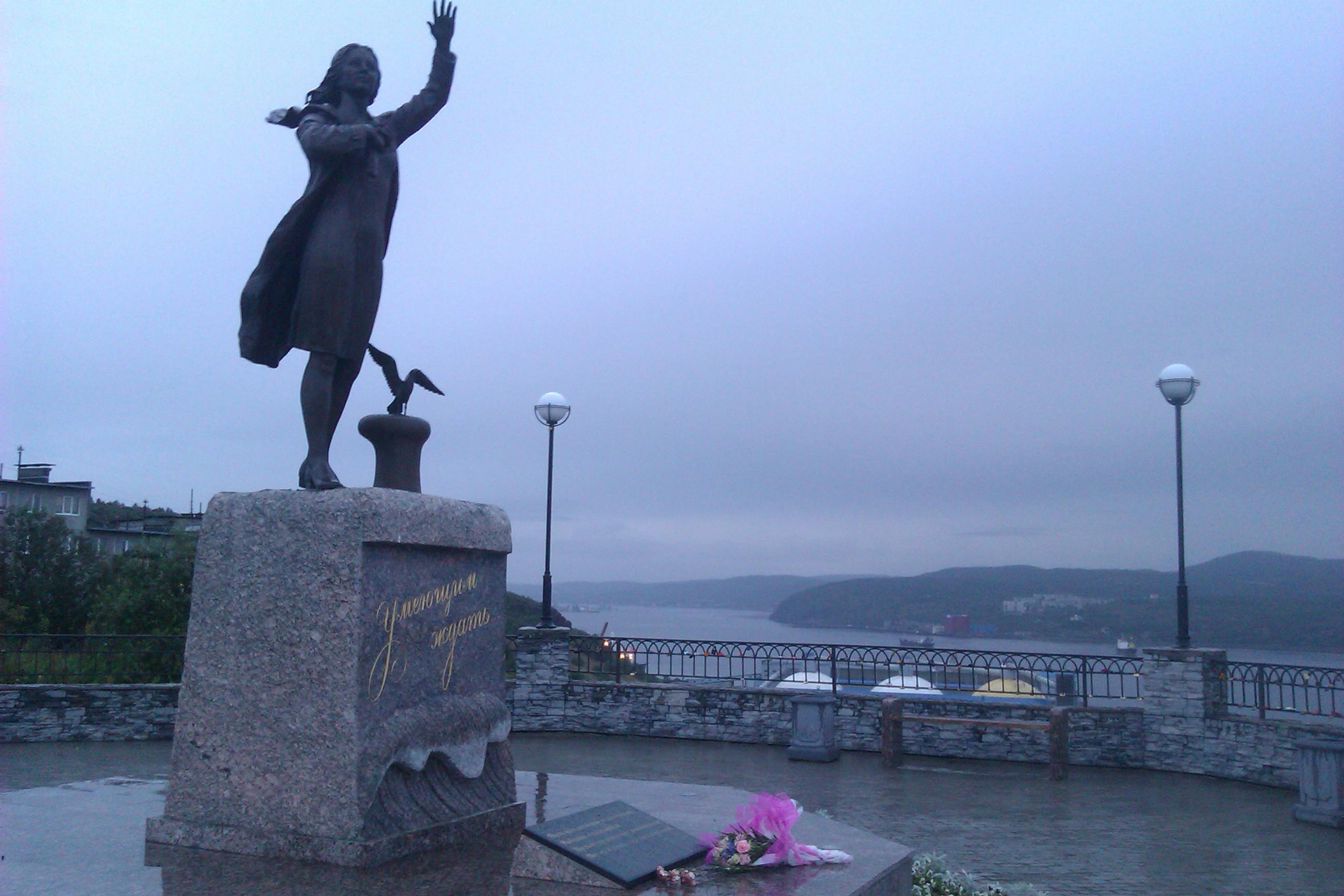 Памятник ждущей женщине