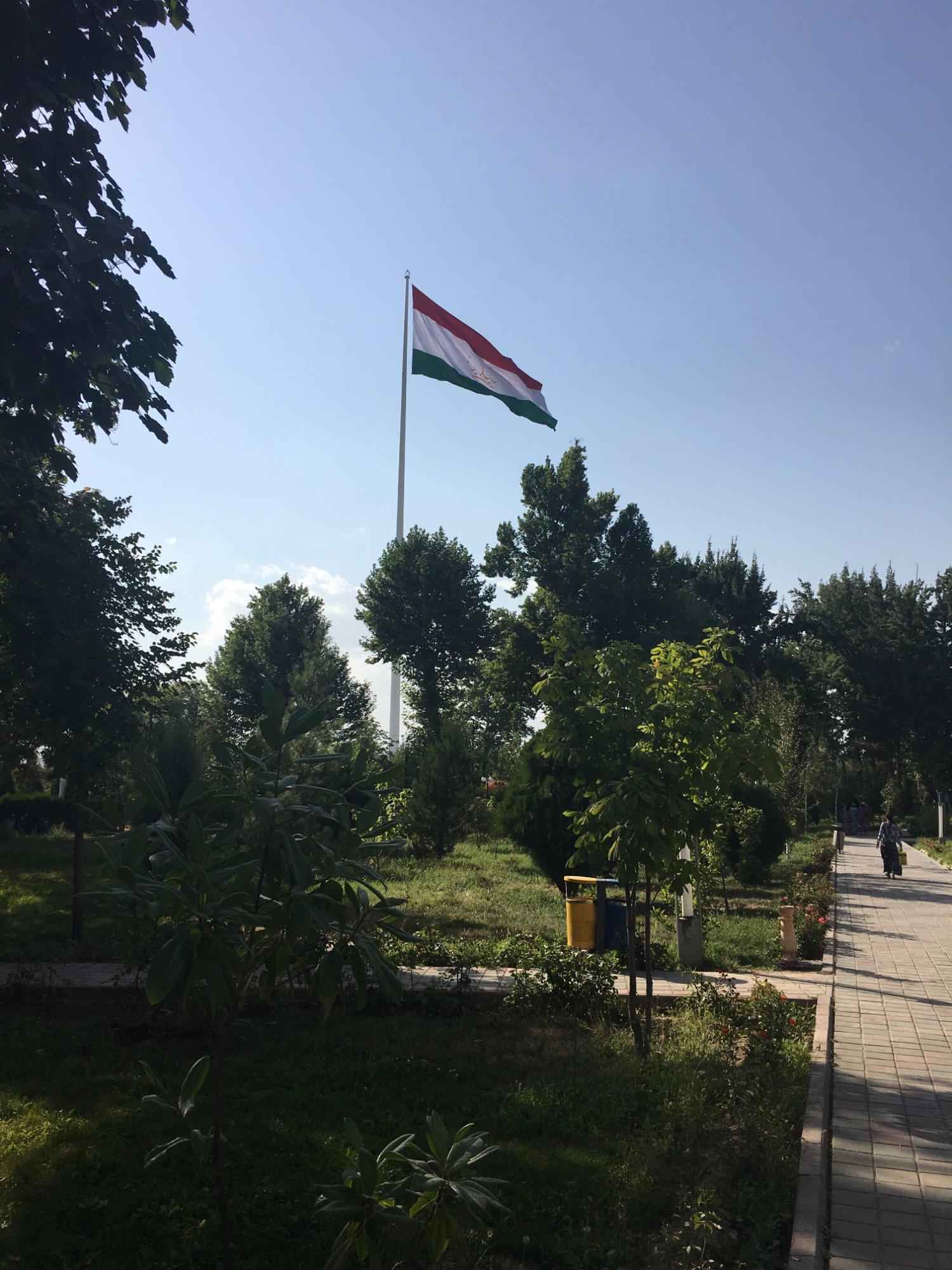 Флагшток с флагом Таджикистана