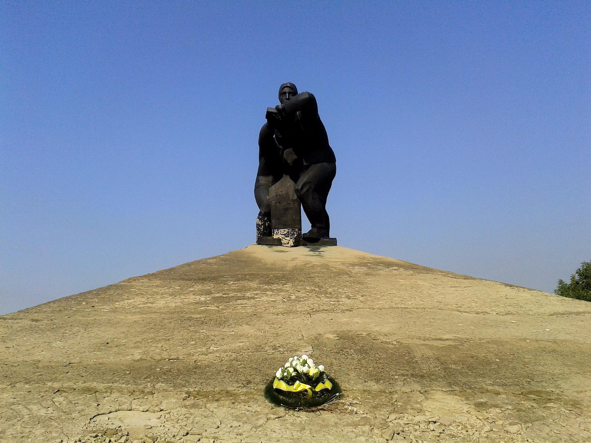 Памятник женщинам-механизаторам эпохи Великой Отечественной войны