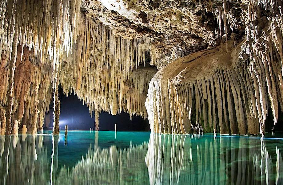 Сак-Актун: грандиозная пещера в Мексике, по которой течет подземная река