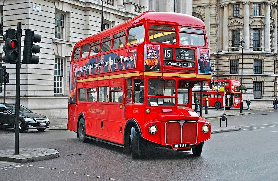 Почему знаменитый лондонский автобус красный и у него два этажа