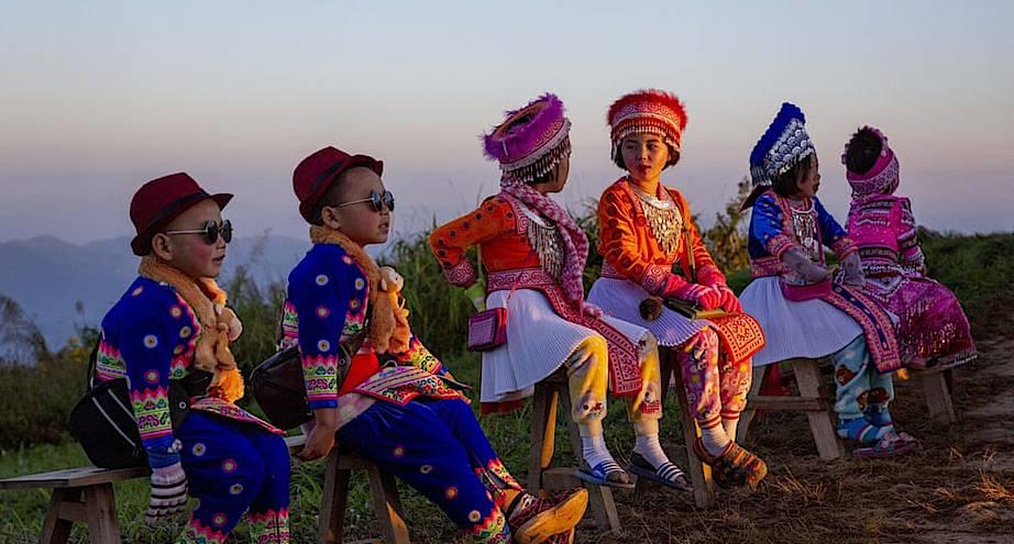 Фото дня: дети в костюмах ждут туристов для платных фотографий