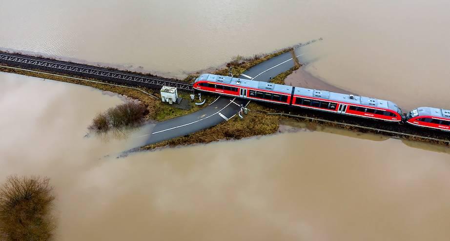 Фото дня: вода подступает со всех сторон