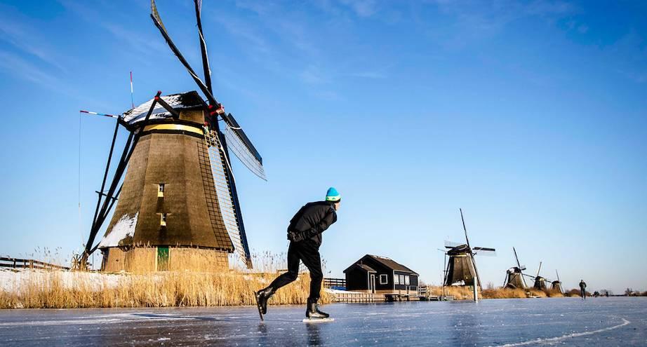Фото дня: в Нидерландах водоемы превратились в катки