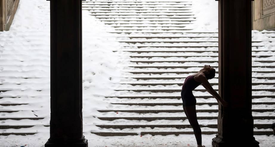 Фото дня: снежная буря и балерина