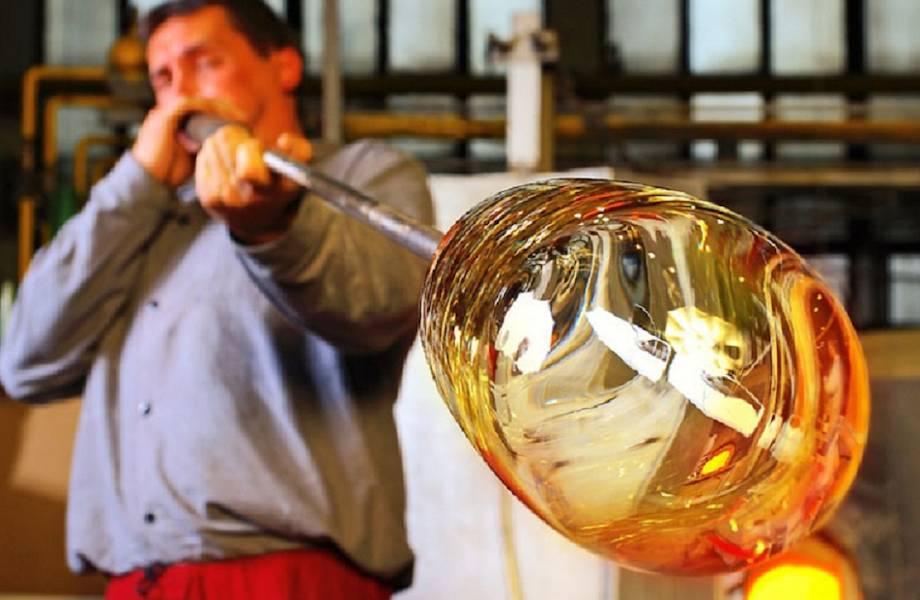 Видео: Потрясающие работы мастеров по выдуванию стекла — как они получают нужный цвет