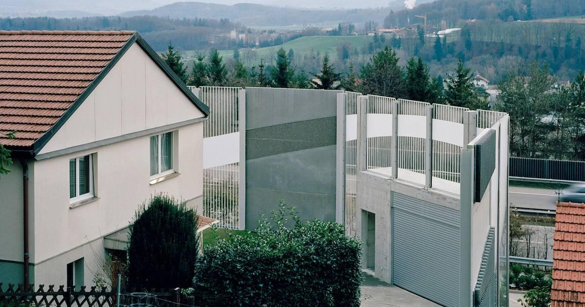 Почему вокруг домов Швейцарии возводят многометровые стены