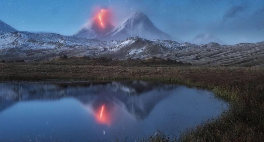 Фото дня: падающая звезда над вулканом Камчатки