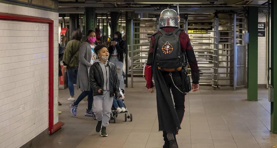 Фото дня: неожиданная встреча в метро Нью-Йорка