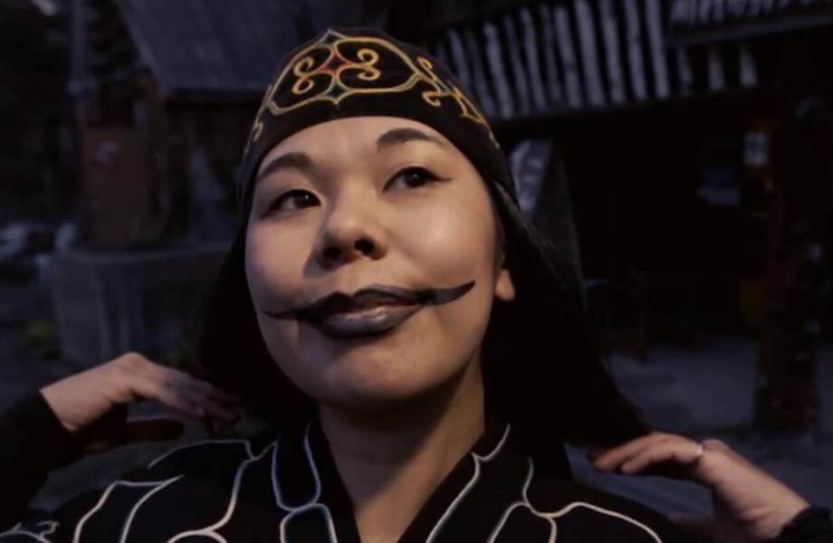 Видео: Зачем девушки айну делали татуировку на губах, напоминающую улыбку Джокера
