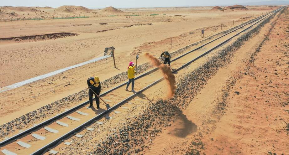 Фото дня: уборка на железной дороге