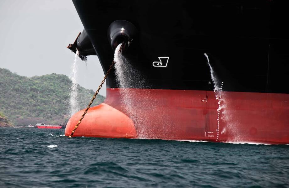 Почему из борта корабля время от времени бьет струя воды