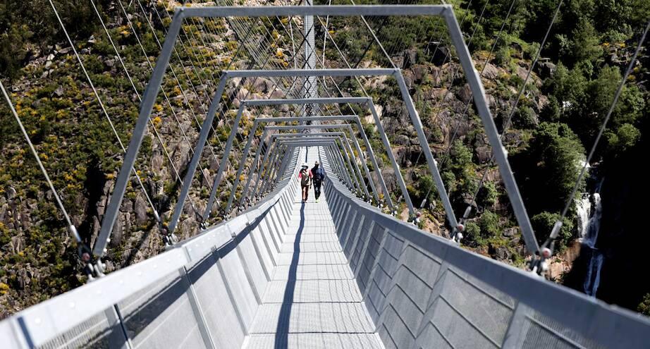 Фото дня: подвесной мост в Португалии