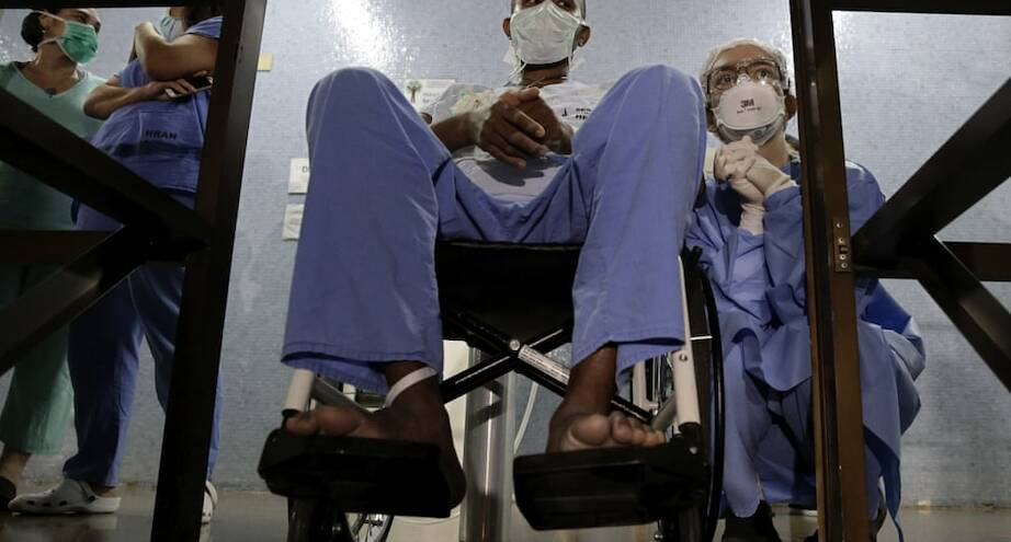 Фото дня: медсестра и ее пациент с Covid-19 слушают выступление оркестра