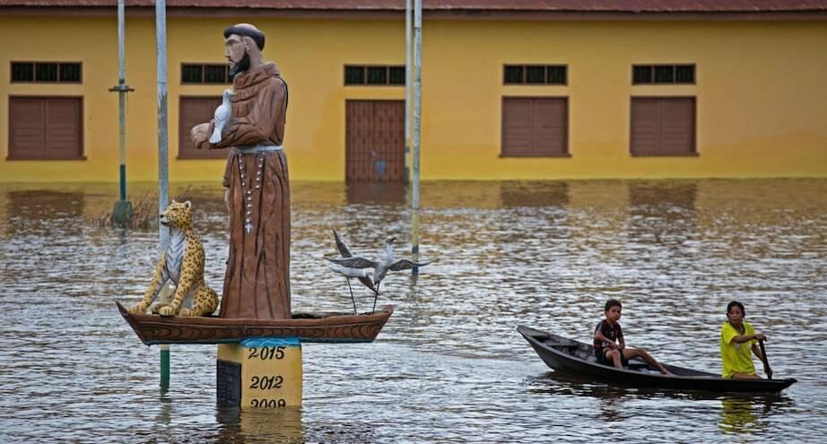 Фото дня: на затопленной улице бразильского города