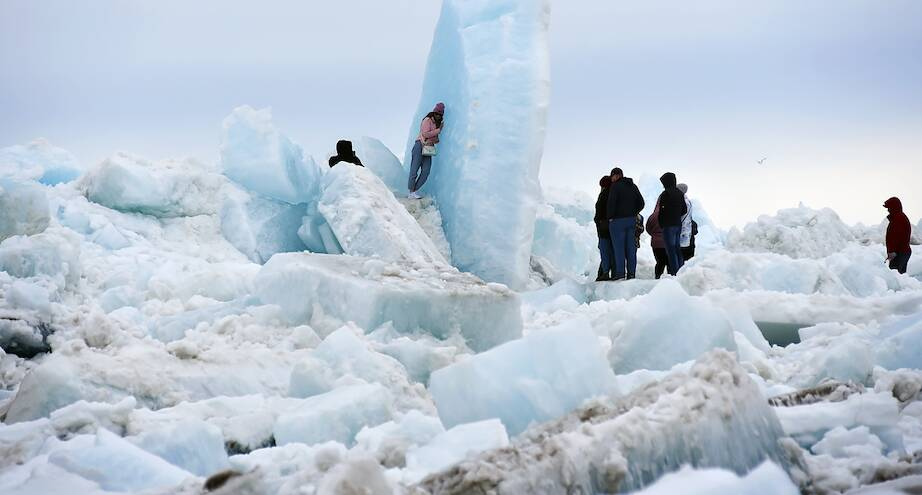Фото дня: жители Таймыра пришли полюбоваться ледоходом