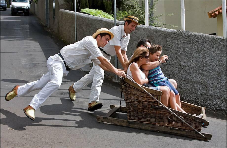 Как на Мадейре туристы катаются на санях по крутой улице, разгоняясь до 50 км/ч