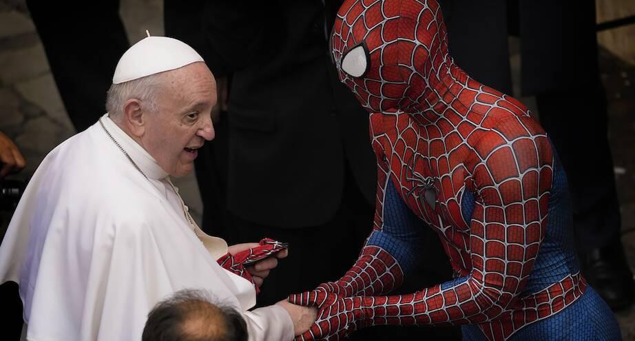 Фото дня: человек-паук на аудиенции у папы Римского