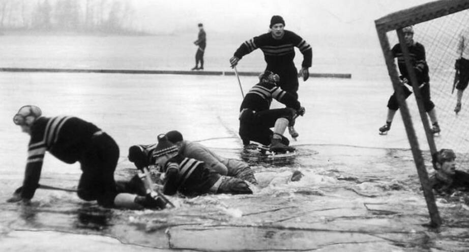 Фото дня: матч по хоккею, потерпевший фиаско, 1959 год