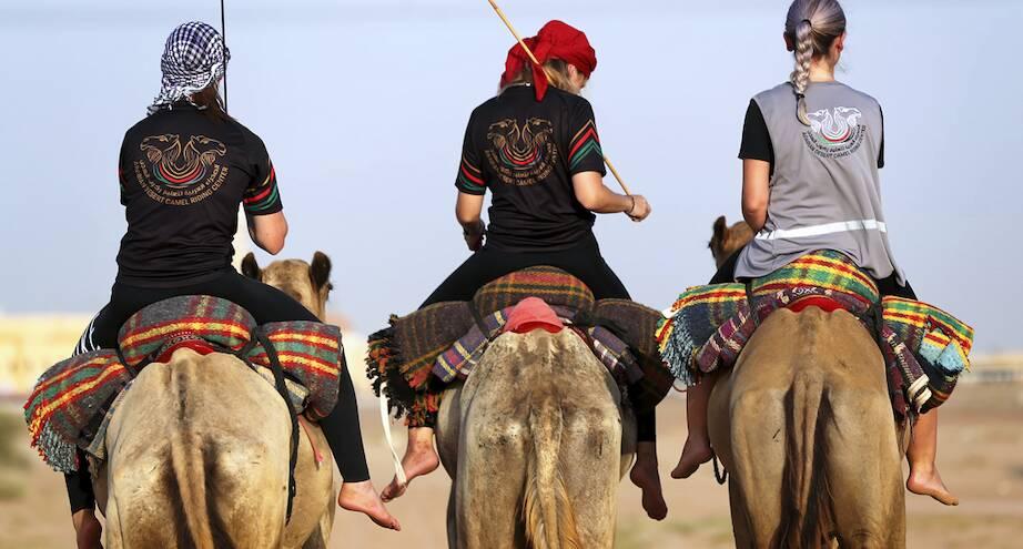 Фото дня: школа верховой езды на верблюдах для женщин в Дубае