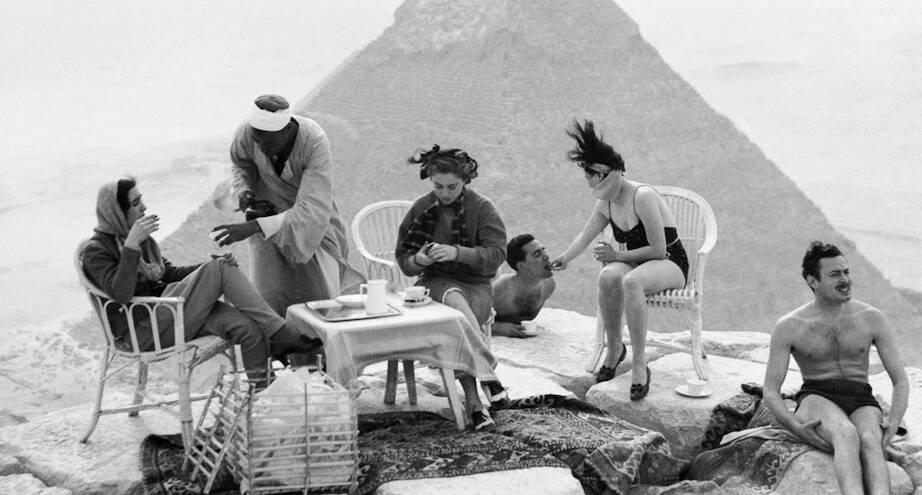 Фото дня: первые туристы у египетских пирамид