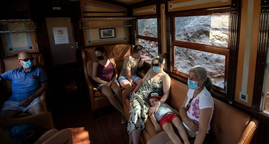 Фото дня: пассажиры в одном из самых старых поездов планеты