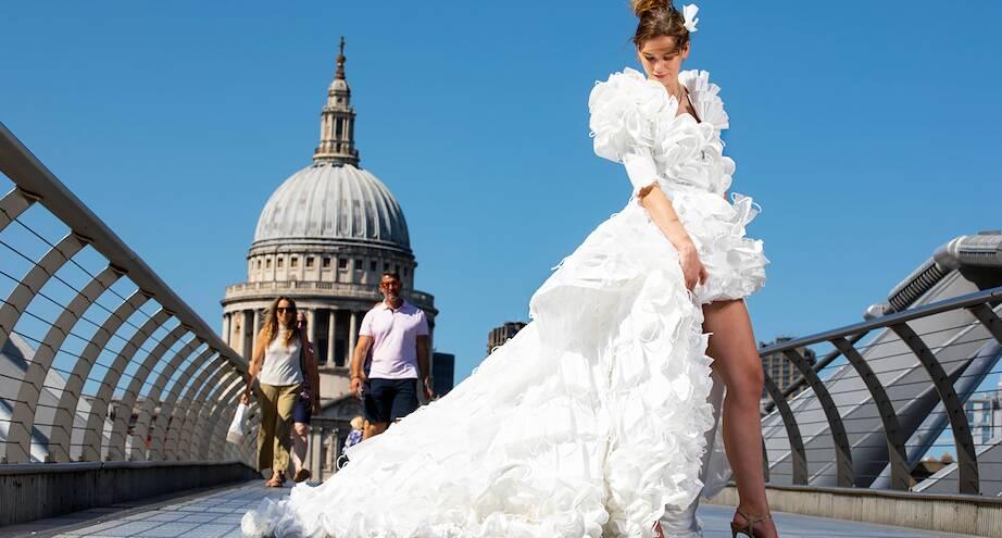Фото дня: платье из масок от британского дизайнера