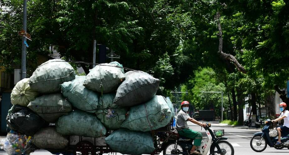 Фото дня: мопед, груженный пластиком, на улицах Вьетнама