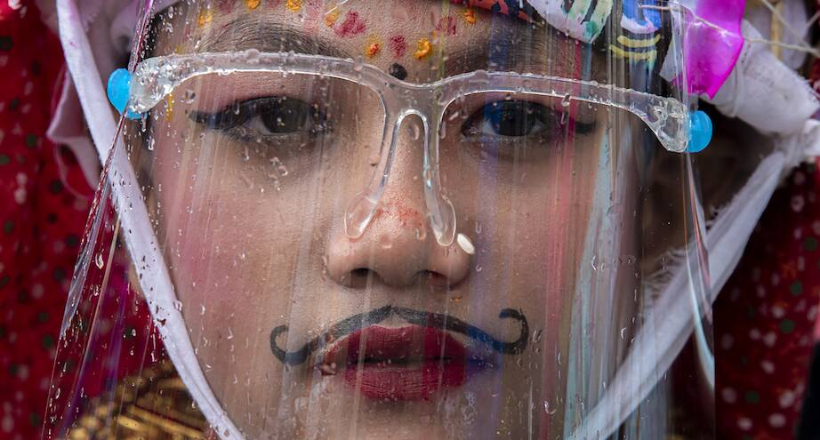 Фото дня: участник праздник Гай Джатра в Непале