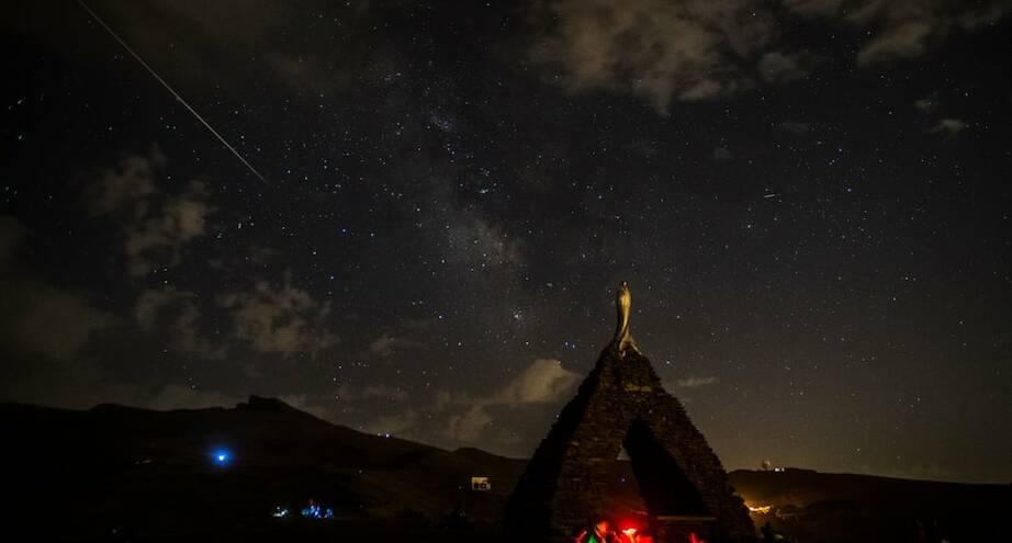 Фото дня: падающая звезда над горами Сьерра-Невада
