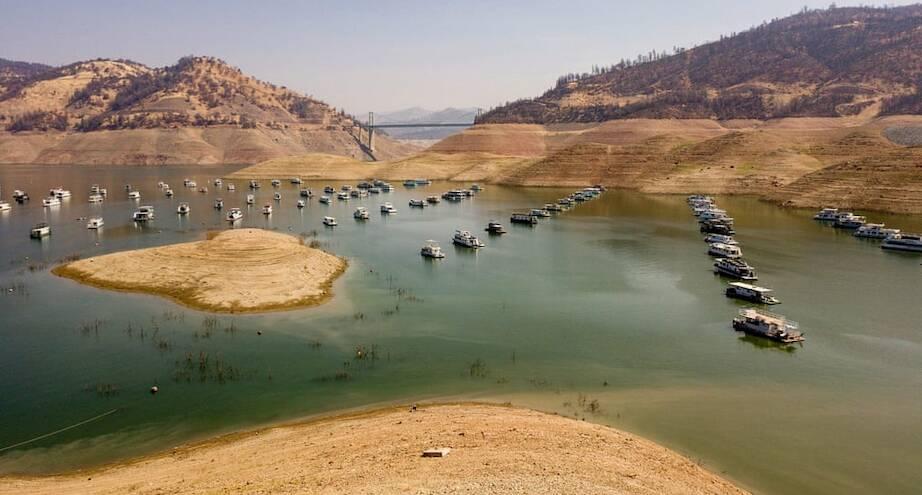 Фото дня: плавучие дома на истощенном калифорнийском озере