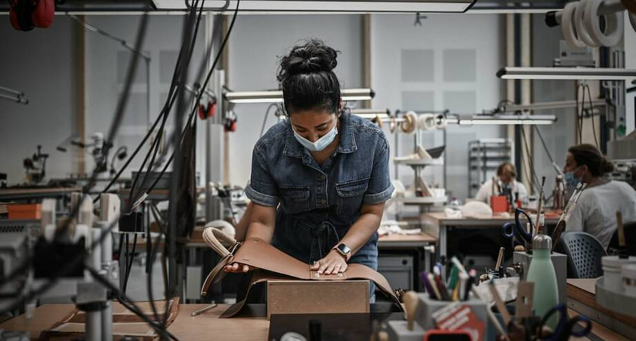 Фото дня: работа над сумочкой Hermès
