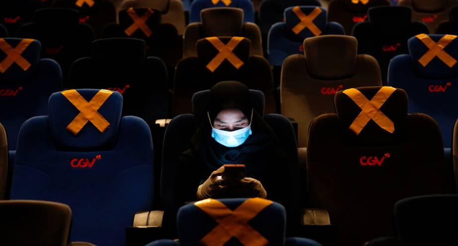 Фото дня: открытие кинотеатров после локдауна в Индонезии