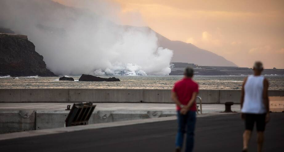 Фото дня: лава вулкана достигла Атлантики