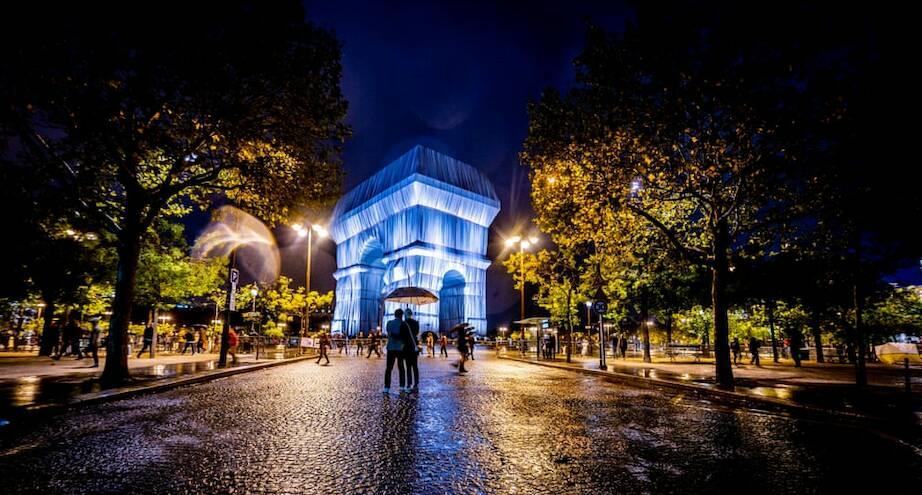 Фото дня: преображение триумфальной арки Парижа