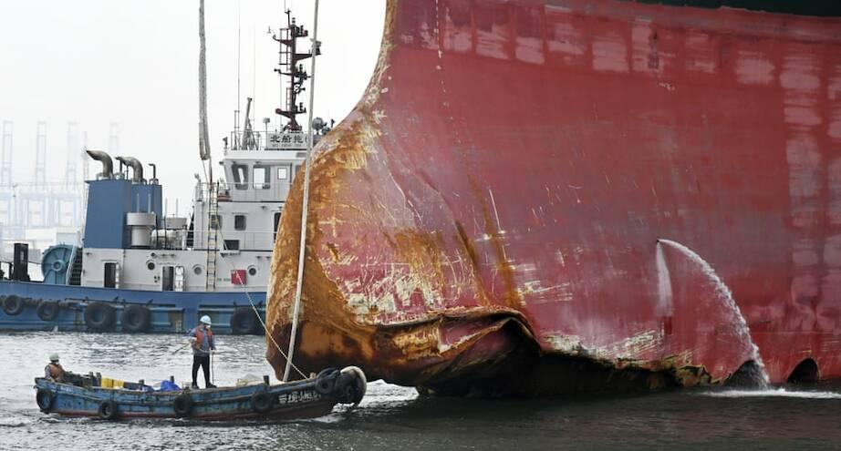 Фото дня: размеры контейнеровоза и лодки