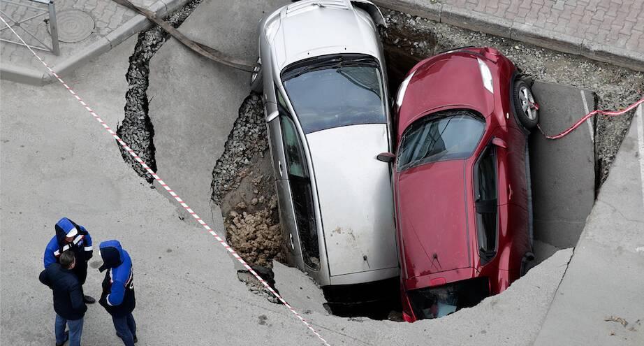 Фото дня: провал асфальта в Новосибирске