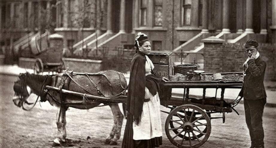 Фото дня: торговец фруктами, начало ХХ века