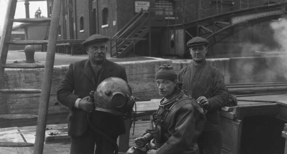 Фото дня: дайвер готовится к спуску под воду, Лондон, 1930 год